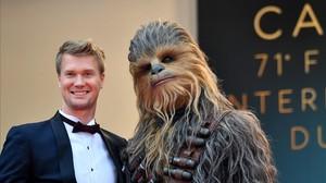 Joonas Suotamo posa junto a Chewbacca, en la 71º edición del Festival de Cine de Cannes.