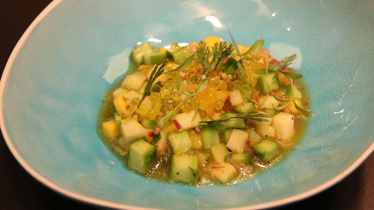 Jaime Lieberman, del restaurante Spoonik, explica cómo hace el ceviche vegetal.