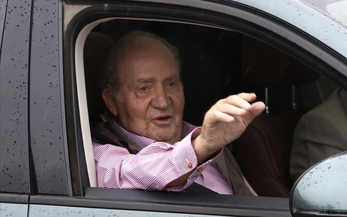 El rey emérito, en abril del 2018, tras recibir el alta médica después de ser intervenido para sustituirle la prótesis de la rodilla derecha que le implantaron en el 2011.