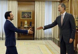 El Rey saluda al líder IU, Alberto Garzón, este lunes en Zarzuela.