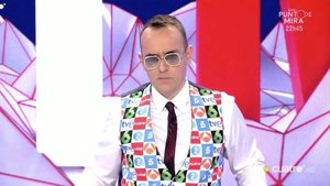 Risto sorprende presentando 'Todo es mentira' con un chaleco con los logos de las principales cadenas