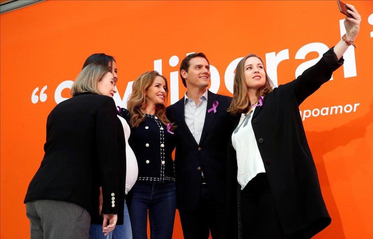 Albert Rivera, junto a las dirigentes naranjas Begoña Villacís, Melisa Rodríguez, Marta Rivera y Patricia Reyes.