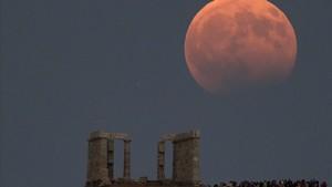 Un eclipse lunar visto desde el templo de Poseidón de Grecia, el año pasado.