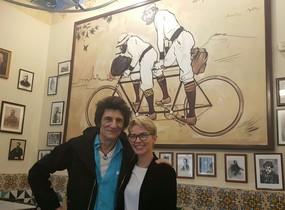 El guitarrista de los Stones posó con la directora del restaurante barcelonés 4 Gats, donde comió el miércoles con un amigo.