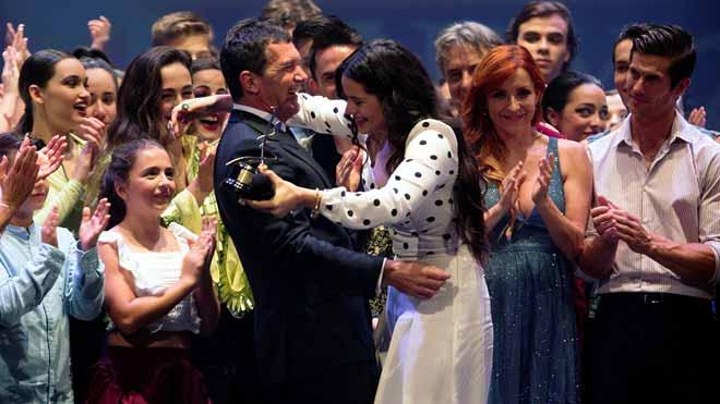 Rosalía recibe el Premio de las Artes Escénicas Antonio Banderas. En la foto, junto al actor malagueño.