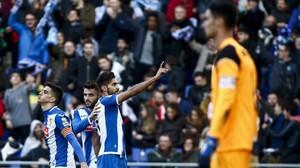 Marc Navarro, junto a David López y Gerard Moreno, señala a la grada después de marcar ante el Sevilla.