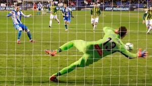 Diego López detiene el penalti a Lucas Pérez en Riazor.