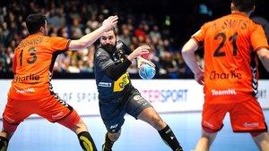 Maqueda intenta lanzar entre dos holandeses.