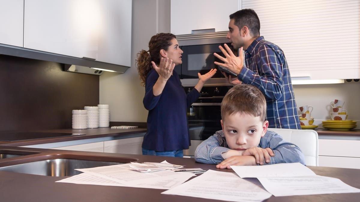 Una pareja discute delante de su hijo.