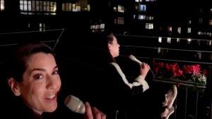 Ruth Lorenzo actuando para sus vecinos desde el balcón de su casa.