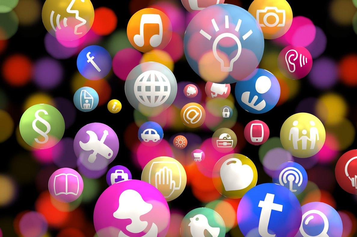 El 23% utiliza las redes sociales para seguir a una marca comercial.