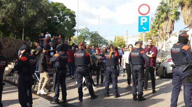 Tensió en la concentració contra l'agressió a Santa Coloma per la irrupció d'ultres