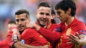 Saúl, felicitado tras lograr el 1-0.