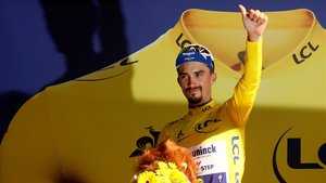 Julian Alaphilippe, en el podio, con el jersey amarillo que esta en juego a partir de ahora en los Alpes.