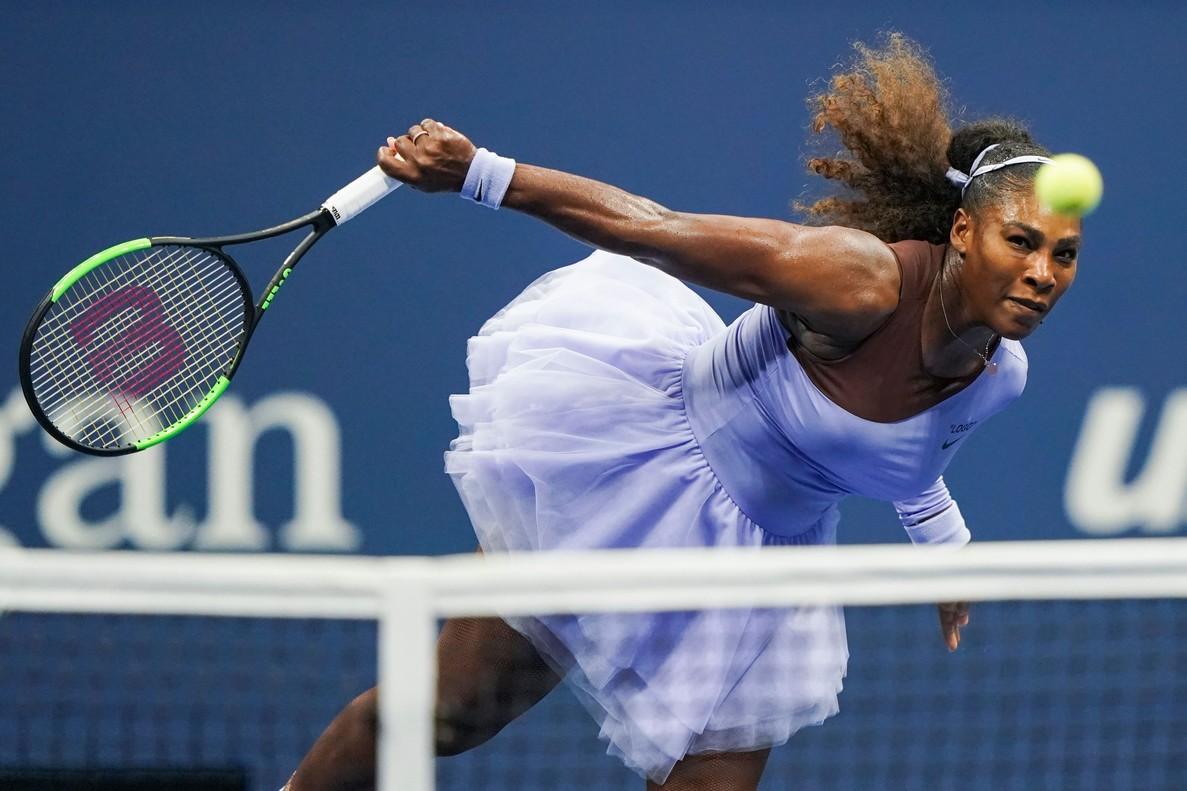 Serena Williams devuelve a Anastasija Sevastova, durante la semifinal del Abierto de EEUU.