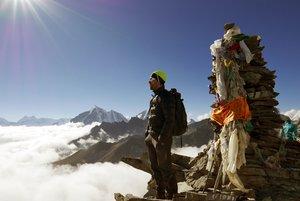 Sergi Mingote contemplando el Himalaya desde la cara sur del Lhotse, en 2017