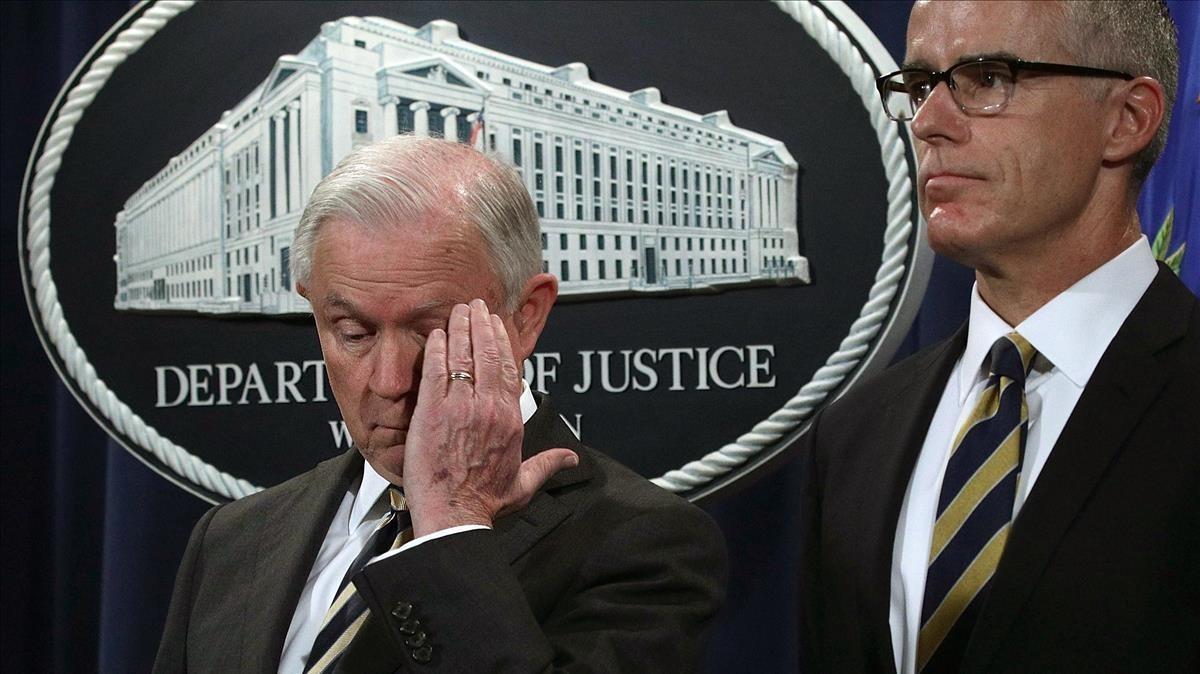 Sessions (izquierda) y McCabe, durante una conferencia de prensa en el Departamento de Justicia, el 12 de julio del 2017.
