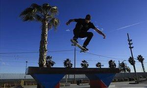 El campeón de España, Christian Estrada, entrenando en el skatepark Agora de Badalona.