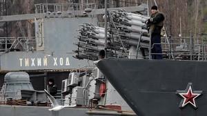 Un soldado ruso en un barco amarrado en el puerto de Sebastopol.