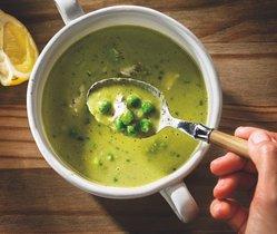 Sopa verde de habas y hierbas, una de las recetas que aparece en el libro 'Sopas', de la Fundació Alícia.