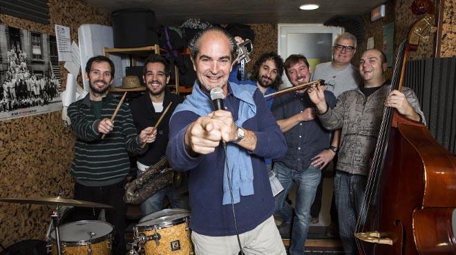 Stefano Palatchi (centro)conel quinteto de músicosen la sala de ensayo.