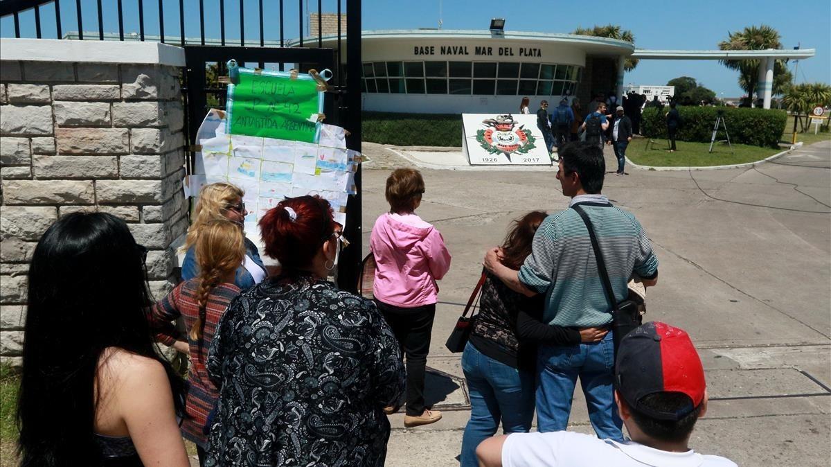 Varias personas se reunen alrededor de la Base Naval donde han dejado mensajes a los tripulantes del submarino ARA San Juan.