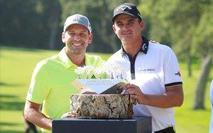 El sudafricano Bezuidenhout recibe el trofeo de campeón de manos de Sergio García