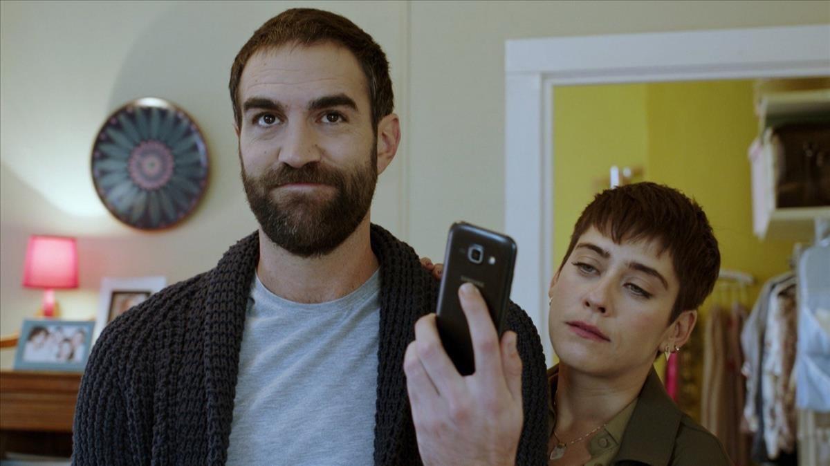Los actores Jon Plazaola y María León, en la serie de Antena 3 Allí abajo.