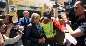 La primera teniente de alcalde del Ayuntamiento de Reus, Teresa Gomis, acompañada del alcalde de la localidad, Carles Pellicer (CiU) (izquierda), sale detenida por la puerta de atrás del ayuntamiento, el martes 28 de abril.