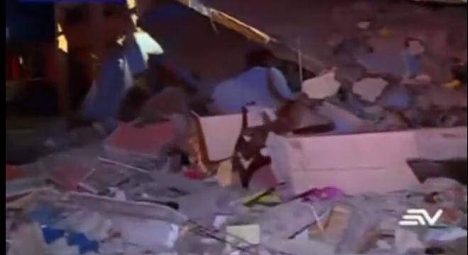 En Quito, la capital de Ecuador, decenas de personas han tenido que ser desalojadas de sus viviendas y en Guayaquil, un puente que se ha derrumbado ha atrapado a los conductores que pasaban por debajo.