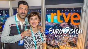 Tony Aguilar y Julia Varela, comentarista de Eurovisión 2019, en la cabina de retransmisión de Lisboa 2018.