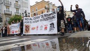 SANTANDER, 02/07/2020.- Los trabajadores de Nissan de Barcelona durante la manifestación que han realizado este jueves por las calles de Santander. EFE/Pedro Puente Hoyos