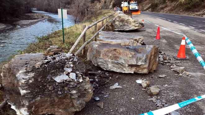 Trabajos en la carretera C-13, cortada entre Rialp y Llavorsí tras un peligroso desprendimiento de rocas.