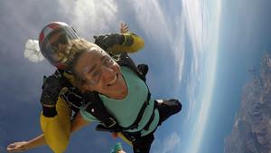 Núria Picas practicando el salto en paracaídas en Empuriabrava