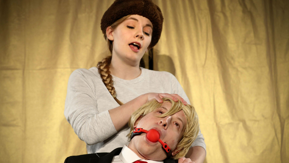 La actriz Natasha Lanceley (arriba) interpretando a Vladimir Putin, y el actor David Burchhard (abajo) interpretando a Donald Trump en una escena de Trump: el musical