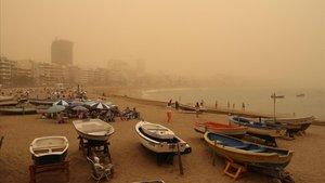 Una imagen de Las Palmas de Gran Canaria con una intensa nube de polvo en suspensión del desierto del Sahara.