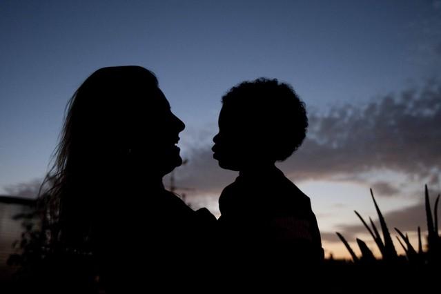Una mujer con su hijo adoptado.