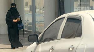 Una mujer saudí camina junto a un coche en una calle de Riad, la capital de Arabia Saudí, el 27 de septiembre.