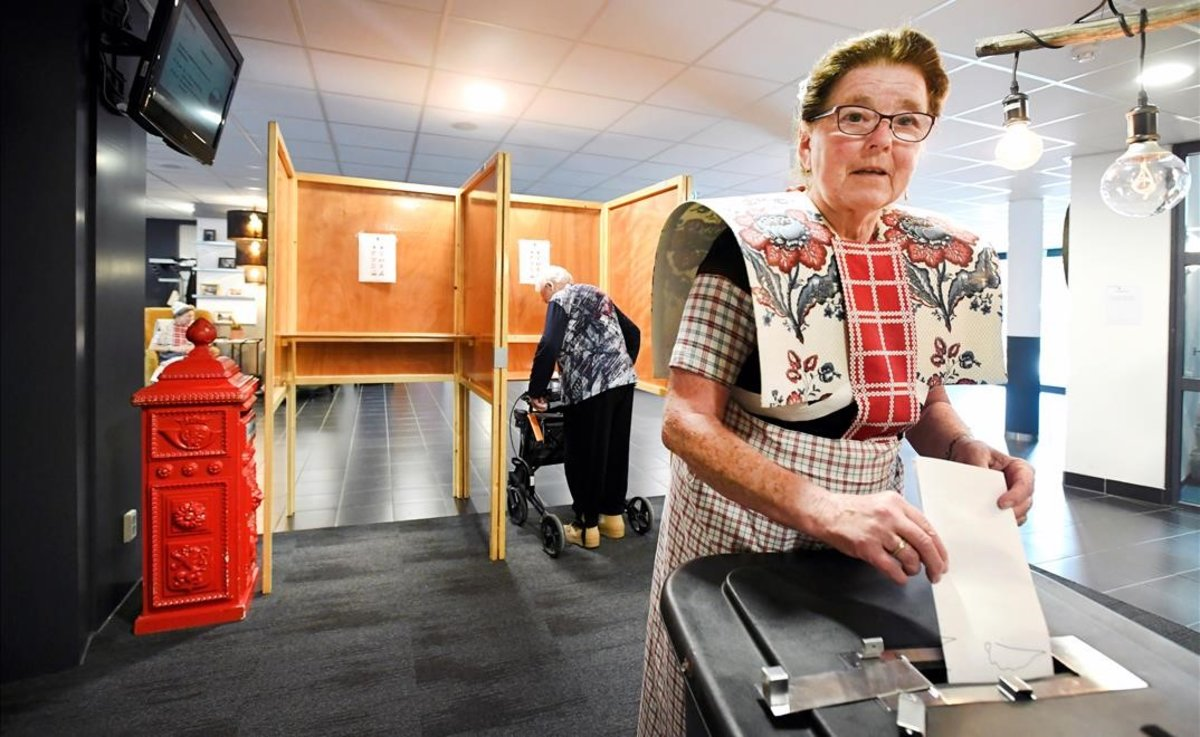 Una mujer vota, este jueves, en un colegio electoral de Holanda.