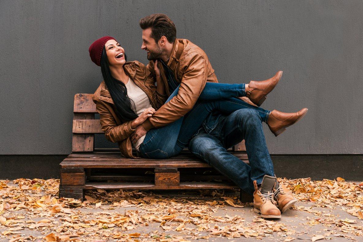 Una pareja se divierte en un banco.