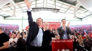 Pedro Sánchez, junto al presidente extremeño Guillermo Fernández Vara y el expresidente Juan Carlos Rodríguez Ibarra, el pasado 24 de abril durante un mitin en Badajoz.