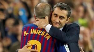 Valverde e Iniesta se abrazan en el momento de la sustitución.