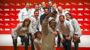 Varios de los cocineros galardonados posan para una foto.