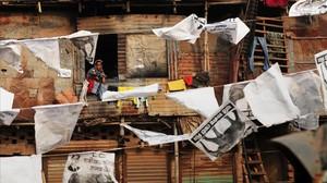 Veïns del barri de Shanty, Bangla Desh, envoltats de publicitat electoral.