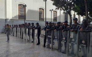 Policías impiden el acceso al Parlamento de Venezuela.