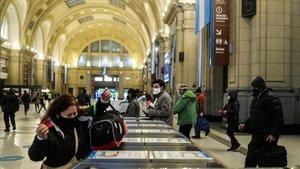 Viajeros en la Estación de Constitución en Buenos Aires.