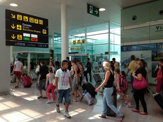 Viatgers circulant per laeroport del Prat.