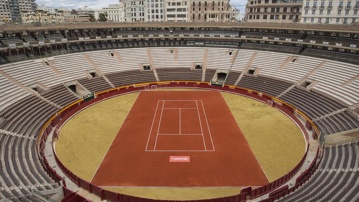 Transformación de la plaza de toros de Valencia en pista de tenis.