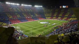 Vista de l'interior del Camp Nou, abans d'un Barça-Madrid, amb les graderies cobertes per un mosaic