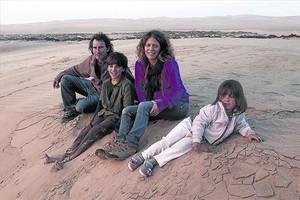 Andoni Canela y Meritxell Margarit, con sus hijos Unai y Amaia, en Agate Beach, en Lüderitz (Namibia).